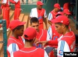 El pitcher pinero Héctor Mendoza (der) con el equipo de Cuba al Mundial Juvenil de Taiwán 2009.