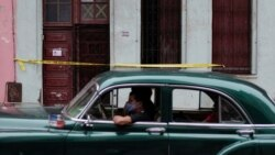 Un auto pasa frente a una vivienda en cuarentena por coronavirus en La Habana. ( REUTERS/Alexandre Meneghini)
