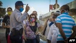 Policías organizan las colas en La Habana