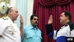 Hugo Chávez, durante el juramento del Almirante en Jefe, Diego Molero Bellavia (i), como nuevo Ministro de Defensa, en compañía del vicepresidente y canciller, Nicolas Maduro (c).