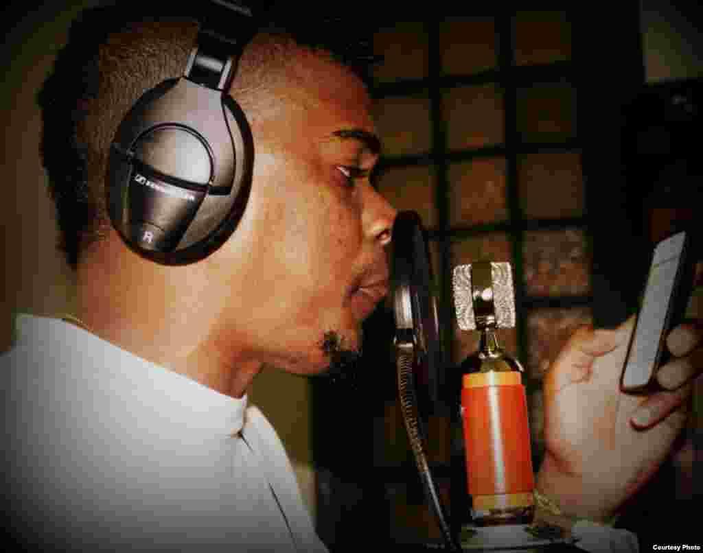 El joven rapero Bárbaro El Urbano Vargas acostumbra a grabar en los estudios privados de amigos o en una habitación de su casa.