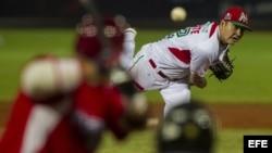 El lanzador de los Naranjeros de Hermosillo de México, Jesús Delgadillo, lanza la pelota contra los Indios de Mayaguez de Puerto Rico