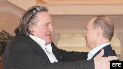 Vladimir Putin recibe a Gerard Depardieu (d-i).