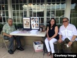 """Miembros de la Asamblea de la Resistencia Cubana desarrollan la campaña """"No ayudes al régimen""""."""