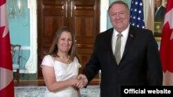 El secretario de Estado Mike Pompeo saluda a la canciller canadiense Chrystia Freeland durante un encuentro en el Departamento de Estado.