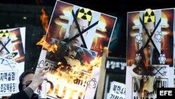 Activistas surcoreanos queman imágenes del líder norcoreano Kim Jong-Un en Seúl durante las protestas contra la prueba nuclear que ejecutó ayer Corea del Norte. EFE/Jeon Heon-Kyun
