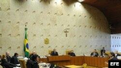 El abogado José Luis de Oliveira (d), defensor del ex ministro brasileño José Dirceu, uno de los 38 acusados por corruptelas que salpicaron al Gobierno de Luiz Inácio Lula da Silva en 2005.