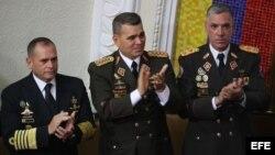 El ministro venezolano de Defensa, Vladimir Padrino Lopez (c), asiste a la juramentación de Nicolás Maduro.