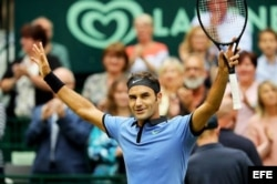 Federer celebra tras vencer a Khachnov.