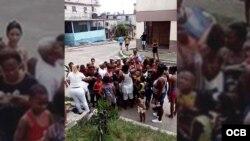 Damas de Blanco reparten juguetes a niños frente a la sede del movimiento opositor en Lawton, La Habana.