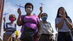 Venezolanos oran en medio de la pandemia de COVID-19.