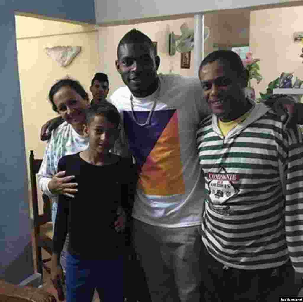 """Yasiel Puig escribió en Facebook: """"Mi ex familia, gracias Dios por darme la oportunidad de volver a verlos""""."""