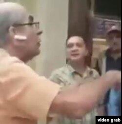 Don Norman del Valle mientras discute con las personas que lo expulsaron, en una imagen sacada del video.