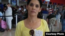 Sayli Navarro muestra los boletos de viaje a Europa