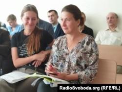 Svetlana con su abogada en la sala del juicio