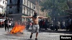 Uno de los manifestantes en las protestas contra el modelo económico estatal, en Valparaiso, Chile (Foto: Archivo).