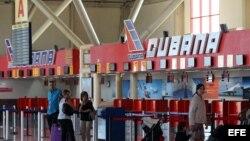 Varias personas caminan por la terminal 1 del aeropuerto José Martí de La Habana (Cuba) el lunes 14 de enero de 2013, día en que entra en vigor la esperada reforma migratoria de Cuba.