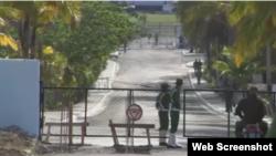 Entrada a una cárcel en Cuba