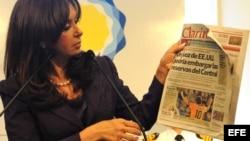 La presidenta argentina, Cristina Fernández, en uno de sus frecuentes ataques a Clarín, muestra un número del diario.