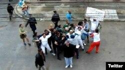 Fuerzas represivas detienen a las Damas de Blanco frente a la sede de la organización en La Habana. (Foto: Angel Moya)