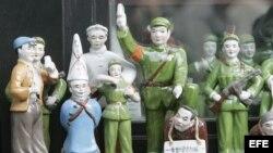 Figuritas de porcelana de Guardias Rojos durante la Revolución Cultural china.