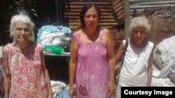 Hortensia Alfonso Vega (al centro) fue desalojada junto a sus familiares de la casa que rentaban.