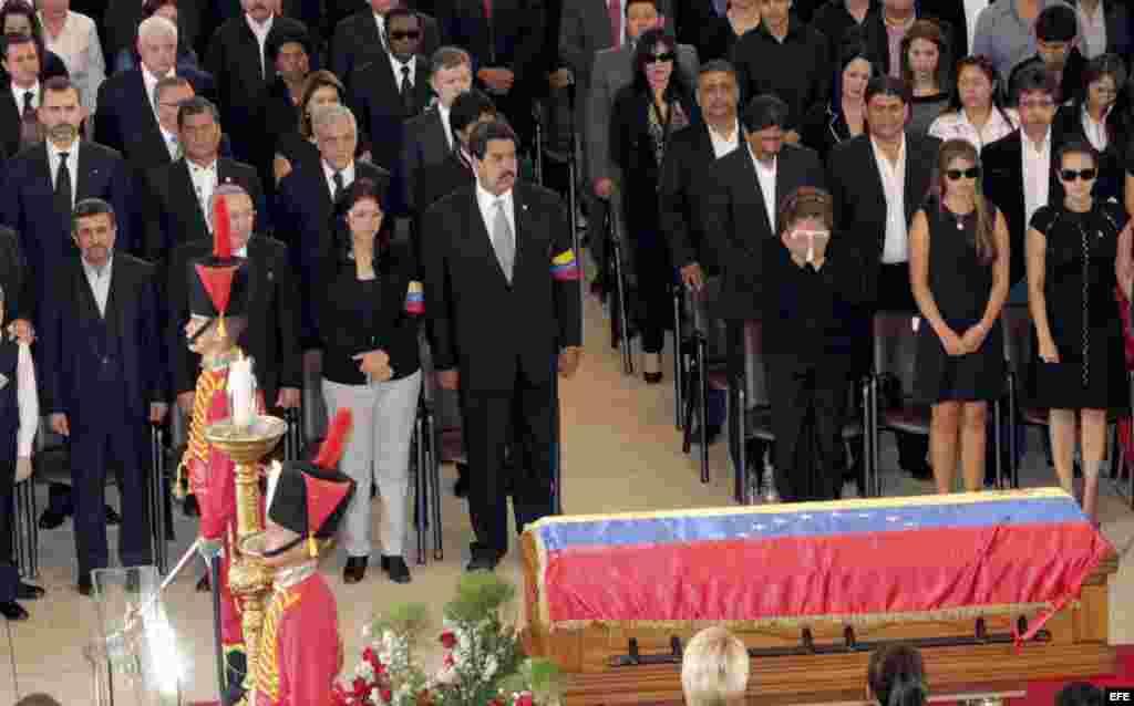 El Príncipe Felipe (i, segunda fila) junto a presidentes, jefes de Gobierno y representantes de más de un centenar de países, durante los funerales del presidente Hugo Chávez oficiados en la Academia Militar de Caracas. Más de 30 jefes de Estado y de Gobi
