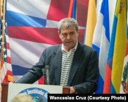 El Dr. Luis Fleischman, director del IID, comparte su experiencia con Carlos A. Montaner.