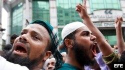Activistas musulmanes gritan consignas durante una marcha hacia la embajada estadounidense en Daca, Bangladesh, hoy viernes 14 de september 2012. Según informan medios de comunicación, cientos de activistas musulmanes se congreron hoy para protestar contr