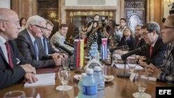 El canciller cubano Bruno Rodríguez conversa con su homólogo alemán Frank-Walter Steinmeier. (Foto: Archivo)