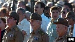 Raúl Castro (i) y los comandantes Ramiro Valdés (c) y Guillermo García (d). Foto Archivo.
