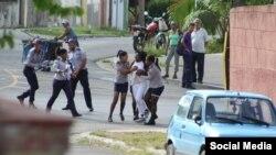 Imágenes de la detención de Berta Soler. Tomado de @damasdblanco