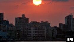 El sol se pone detrás de los edificios de El Vedado, en el malecón habanero.