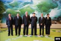 El mandatario cubano Miguel Díaz-Canel Bermúdez (3i), en Corea del Norte y el líder norcoreano Kim Jong Un.