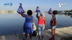 """Salud, buena suerte y desenvolvimiento le pidieron los cubanos a """"Yemayá"""", la virgen de regla en su día."""