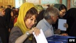 Varias mujeres iraníes ejercen su derecho al voto en las elecciones presidenciales iraníes en Teherán (Irán), el 14 de junio de 2013.