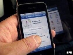 """Una persona muestra la aplicación """"Places"""" de la red social Facebook en un iPhone"""