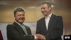 Izq. Petro Poroshenko y a la Der. el ex campeón mundial de boxeo Vitali Klitschko.