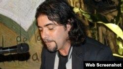 El poeta Joaquín Badajoz durante una lectura en La Otra Esquins de las Palabras