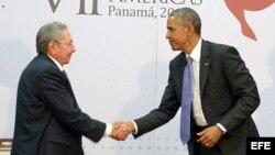 Reunión entre el presidente Obama y el general Castro durante la Cumbre de Jefes de Estado en Panamá.