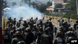 Enfrentamientos entre manifestantes y las fuerzas de seguridad del gobierno de Nicolás Maduro, en el puente internacional Simón Bolívar, en Cúcuta.