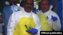 Dos miembros de la Brigada Médica de lucha contra el virus ébola en Guinea Conakry.