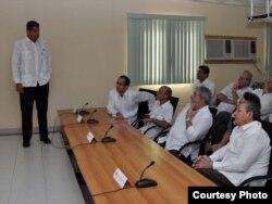 Lula y Raúl Castro escuchan presentación de Odebrecht durante visita a obras del Mariel en 2010. Aparecen también: de pie, Mauro Hueb, ejecutivo de COI en Cuba; final de la primera hilera, Marcelo Odebrecht, presidente de Odebrecht y final de la segunda hilera, Ricardo Boleira, director de COI en Cuba.