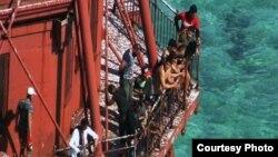 Los balseros cubanos se subieron al faro American Shoal, frente a Sugarloaf Key, en los Cayos de la Florida, para evitar ser detenidos por la Guardia Costera.
