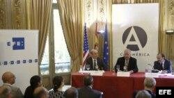 El consejero del Departamento de Estado de EEUU Thomas A. Shannon (c); el secretario de Estado para Iberoamérica y Cooperación español, Jesús Gracia (d); y el director de Internacionales de Efe, José Manuel Sanz (i).