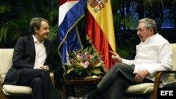 Raúl Castro (d) y el ex mandatario de España José Luis Rodríguez Zapatero, este miércoles 25 de febrero, en La Habana.