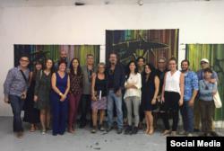 El grupo visitó el estudio del artista cubano exiliado en Miami José Bedia Valdés.