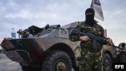 Milicianos prorrusos vigilan un puesto de control cerca de la localidad de Kalivka.