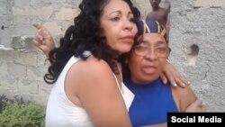 Aimara Nieto Muñoz abraza a su madre, en una imagen tomada en 2017. (Estado de Sats)