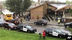 La policía custodia el área cercana a la secundaria STEAM en Denver, Colorado. (David Zalubowski/AP)